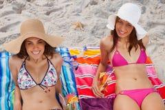 Сь женщины смотря камеру пока sunbathing Стоковое Изображение RF