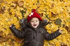 Сь маленькая девочка с листьями стоковая фотография rf