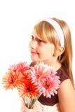 Сь маленькая девочка с gerberas на белом конце-вверх предпосылки Стоковые Фотографии RF