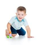 Сь малыш мальчика играя с игрушкой стоковые фото