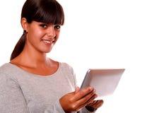 Сь молодая женщина используя ее ПК таблетки Стоковое фото RF