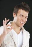 Молодой человек к О'КЕЙ жеста перста Стоковое Изображение RF