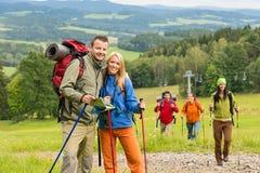 Представлять пар hiker с предпосылкой ландшафта Стоковые Изображения RF