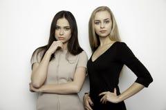 2 сь подруги - белокурая и брюнет Стоковая Фотография