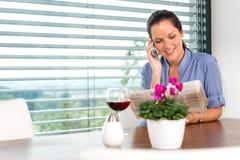 Сь чтение мобильного телефона женщины говоря ослабляя Стоковые Изображения RF