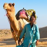 Человек верблюда водит его верблюда через пустыню Thar Стоковые Изображения RF