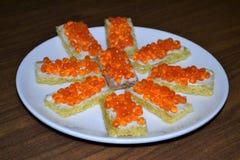 Сэндвичи закуски с красной икрой стоковые изображения rf