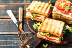 Сэндвичи с зажаренными томатами и салатом сыра салями ветчины тоста стоковое фото