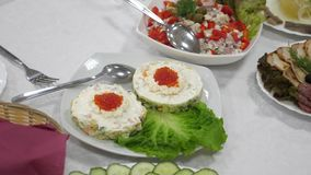 Сэндвичи с красной икрой и зеленым салатом на плите Праздничная обедая таблица Очень вкусная еда на таблице акции видеоматериалы
