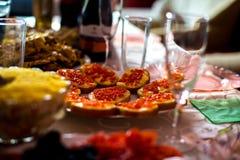 Сэндвичи с красной икрой на таблице праздника стоковые изображения rf