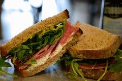 Сэндвич салями на свежем хлебе с козий сыром стоковая фотография rf