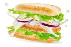 Сэндвич с курицей с луками, огурцами и splat майонеза стоковая фотография