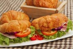 Сэндвич с ветчиной круассана с свежим овощем Стоковое Изображение