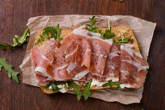 Сэндвич с ветчиной на деревянном столе Стоковое Фото