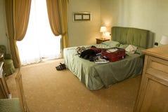сюита чемодана гостиницы открытая Стоковое Фото