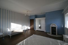 Сюит-спальня с камином Стоковое Изображение