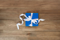 Сюрприз в голубой упаковке на любой праздник Стоковая Фотография