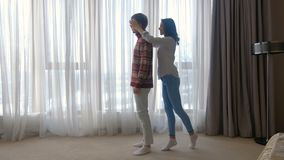 Сюрприз девушки отношения отдыха пар радостный акции видеоматериалы