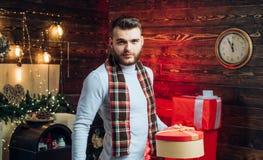 Сюрприз для возлюбленного r Подарки рождества Красивое человека модное с подарочной коробкой стоковые фото