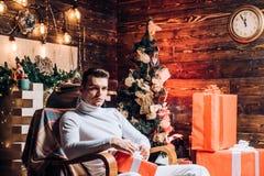 Сюрприз для возлюбленного r Подарки рождества Человек красивый с сюрпризом подарочной коробки стоковые изображения