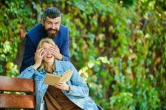 Сюрприз для ее Романтичная концепция отношений Романтичная дата Пары в предпосылке природного парка даты любов романтичной Челове стоковое изображение rf