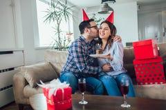 Сюрприз жены его супруг с именниным пирогом годовщина стоковые фотографии rf
