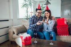 Сюрприз жены его супруг с именниным пирогом годовщина стоковая фотография