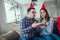 Сюрприз жены его супруг с именниным пирогом годовщина стоковые изображения