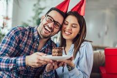 Сюрприз жены его супруг с именниным пирогом годовщина стоковые фото