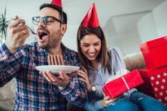 Сюрприз жены его супруг с именниным пирогом годовщина стоковое фото rf