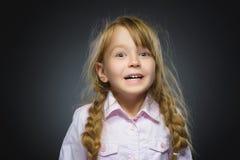 Сюрприз счастливой девушки портрета крупного плана идя изолированный на серой предпосылке Стоковая Фотография RF