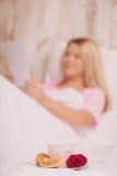 Сюрприз утра Взгляд со стороны красивых детенышей Стоковые Фотографии RF