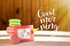 Сюрприз утра, покрашенные makarons тортов с карточкой Надпись доброе утро Лучи Солнця стоковое фото