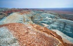 Сюрреалистические горы в пустыне стоковые изображения rf