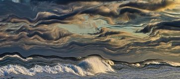 Сюрреалистическое небо и прибой стоковые изображения rf