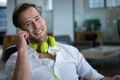 Ся бизнесмен говоря на мобильном телефоне Стоковые Изображения