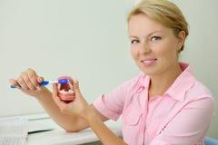 Ся дантист показывает как правильно почистить зубы щеткой Стоковое Изображение RF