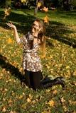 Ся листья девушки бросая Стоковые Изображения