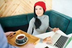 Ся молодая женщина в кафе стоковые изображения rf