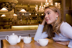 Ся молодая женщина в кафе стоковое изображение rf