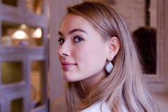 Ся молодая женщина стоковые изображения rf