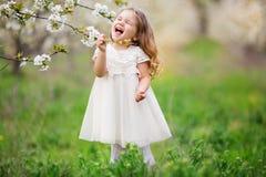 Слабонервная девушка ребенка в саде цветения Стоковое Изображение RF