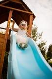 Слабонервная девушка ребенка младенца сползая вниз с качания Стоковые Фото