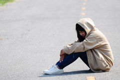 Слабонервная девушка сидя на дороге Стоковое фото RF