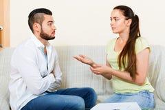 Слабонервные пары обсуждая проблемы Стоковое Изображение RF