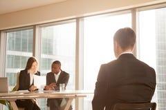 Слабонервный заявитель ждать на стуле для результата интервью, зада VI Стоковая Фотография RF