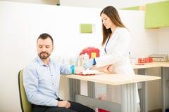Слабонервный пациент получая анализ крови Стоковая Фотография RF
