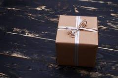 Славная винтажная присутствующая коробка обернутая с веревочкой Стоковое фото RF