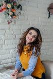 Славная девушка в кафе Стоковые Фотографии RF