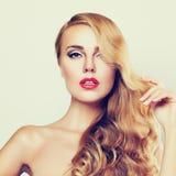 Славная девушка милая сторона светлые волосы длиной женщина портрета стороны крупного плана Стоковое Фото